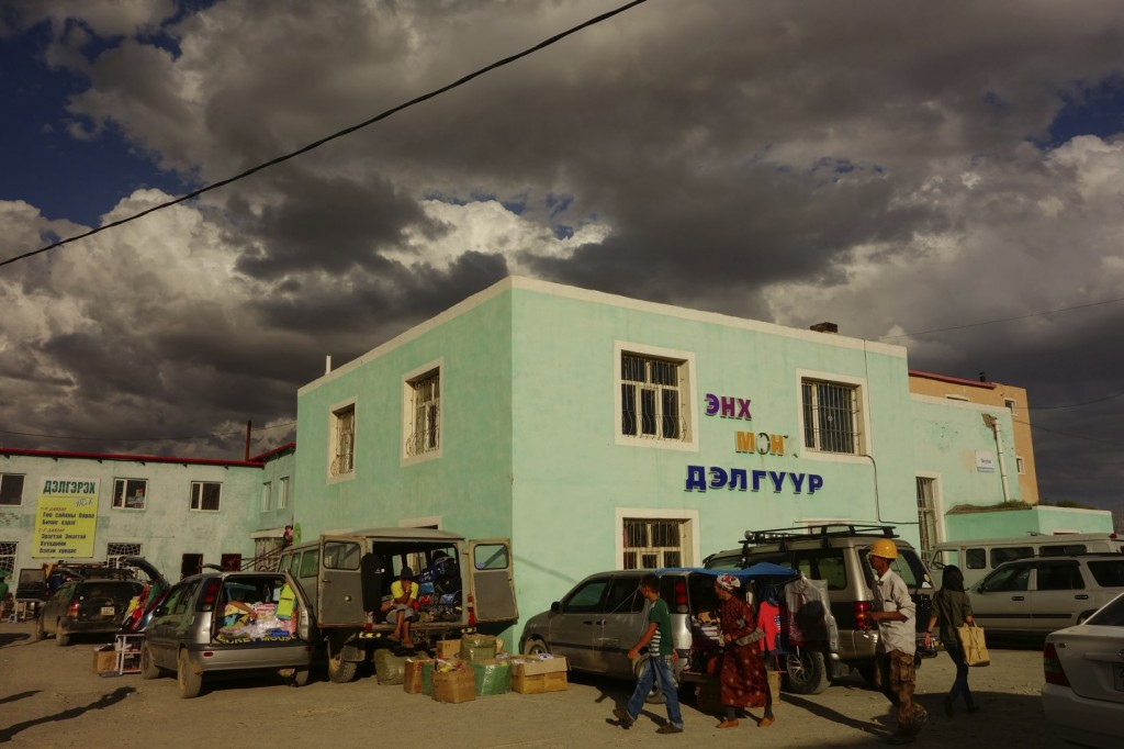 Le marché de Dalanzagad. Petit orage en vue?