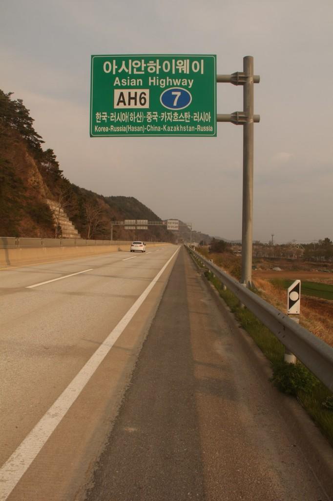 Une route qui traverse l'Asie