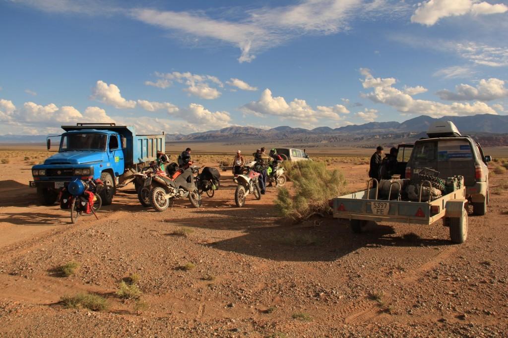 Rencontre improbable entre une équipe de motards kazakhs, un duo en poids lourd mongole et deux cyclistes suisses