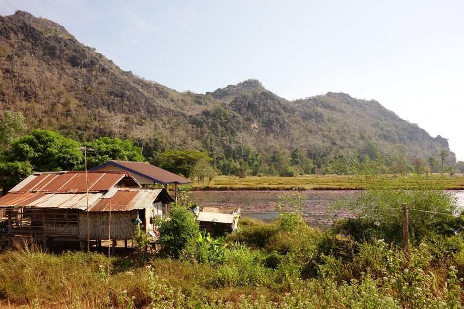 Au bord d'une rivière, un petit village bien reposant