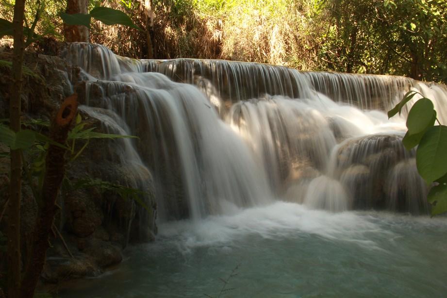 Pas loin de la ville, nous avons la chance de nous baigner dans un endroit magique. Cascades en terrasse, jungle, etc