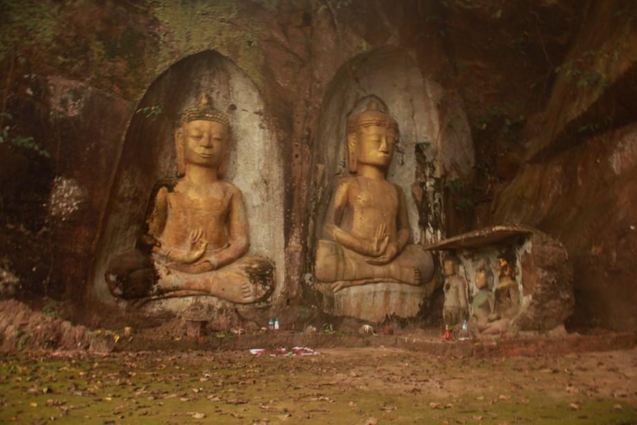 Un petit endroit connu que des locaux où nous tombons sur deux bouddhas de pierre. Tout près de Vientiane