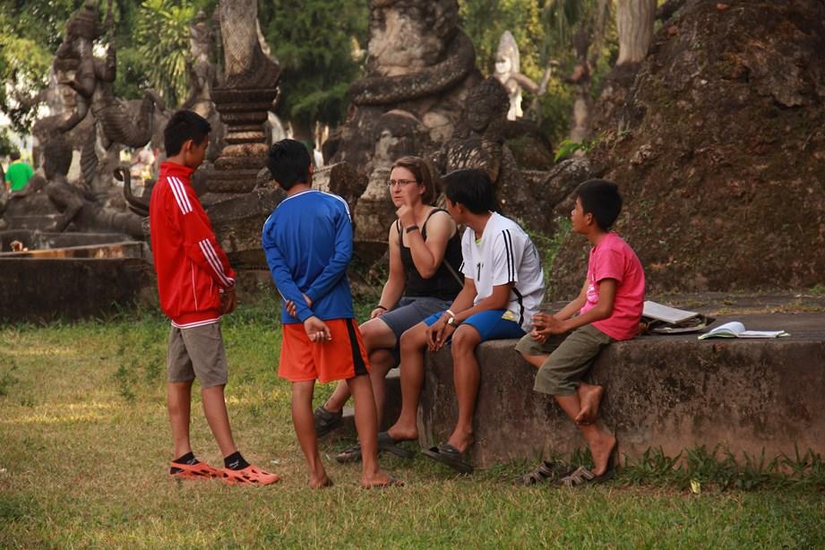 Sophie aide des jeunes à répéter leur cours d'anglais à Vientiane