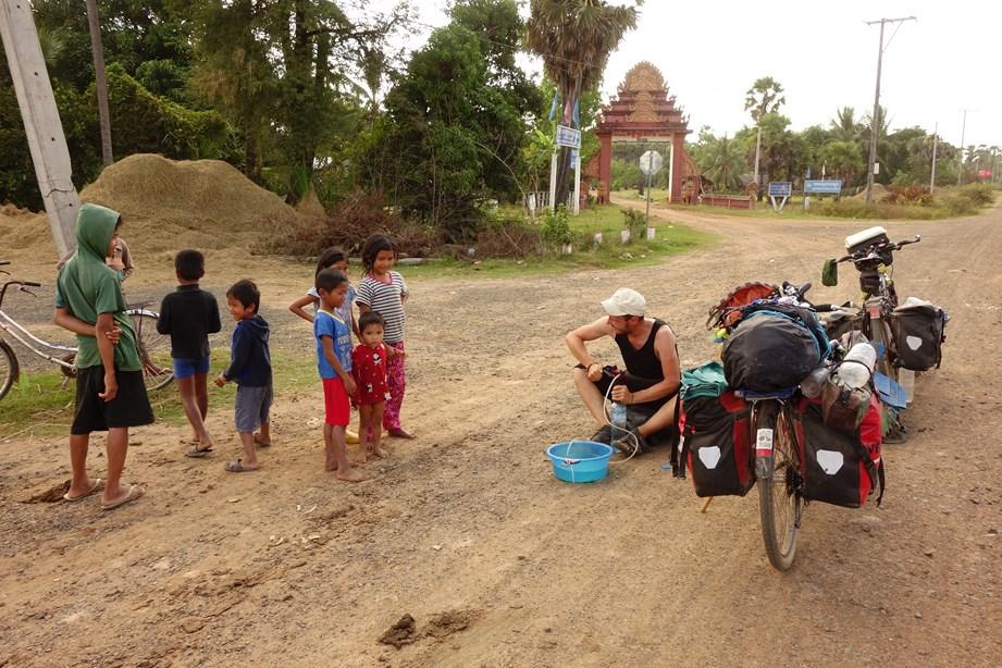 Arrêt au milieu d'un village pour pomper et nettoyer de l'eau. Apparemment, ça fait rire les gamins
