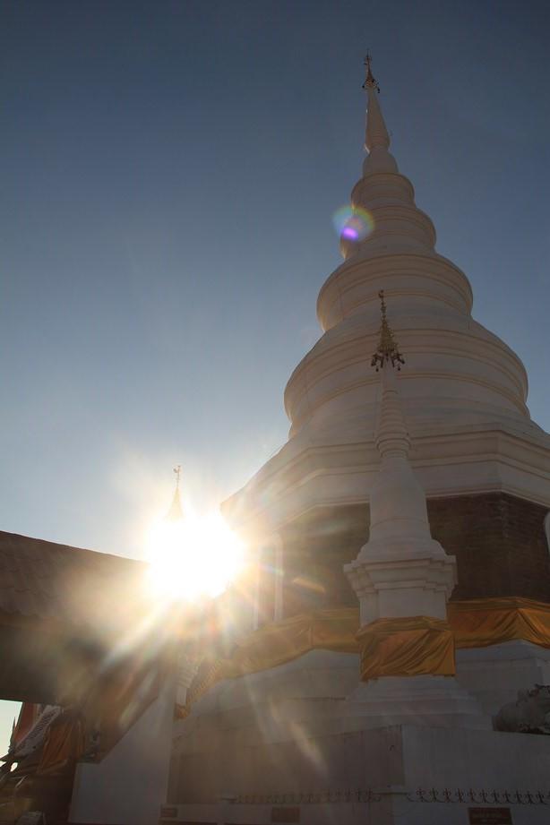 Au sommet de mon premier col thai, un jolie temple m'invite pour une visite juste après le lever du soleil.
