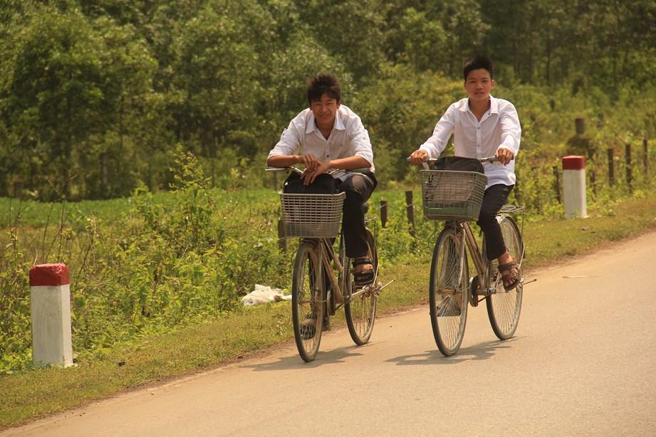 Des millions de vélos, deux jeunes rentrent de l'école