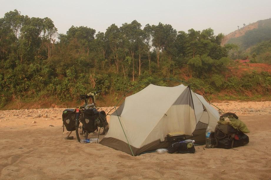 Petit campement sur une plage de sable blanc,au bord d'une rivière