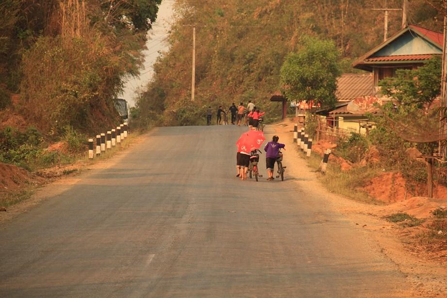 Au Laos, les enfants se rendent presque tous à l'école en vélo