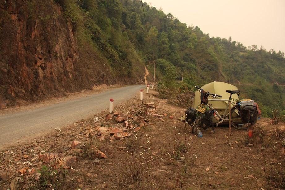 Pas de place pour camper? pas de problème, il reste le bord de route!