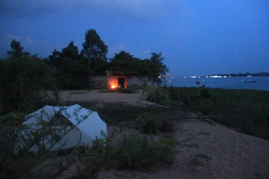 La nuit va tomber, je campe à côté d'une petite propriété