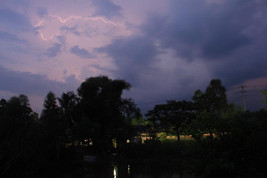 En pleine nuit, le ciel s'éclaire de mille étincelles