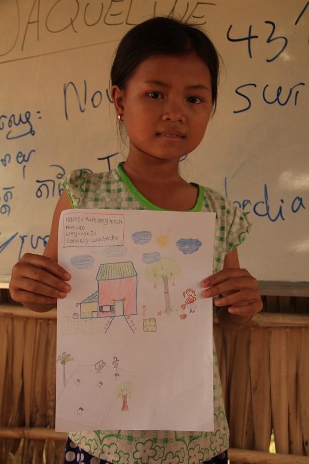 Petite fille qui présente son dessin