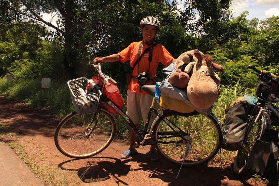 Un cycliste chinois rencontré sur la route. Il s'est fait voler son vélo à côté de sa tente au Vietnam. Et maintenant, il rentre chez lui sur un bécane cambodgienne à une vitesse. Il ne lâche rien le garçon!