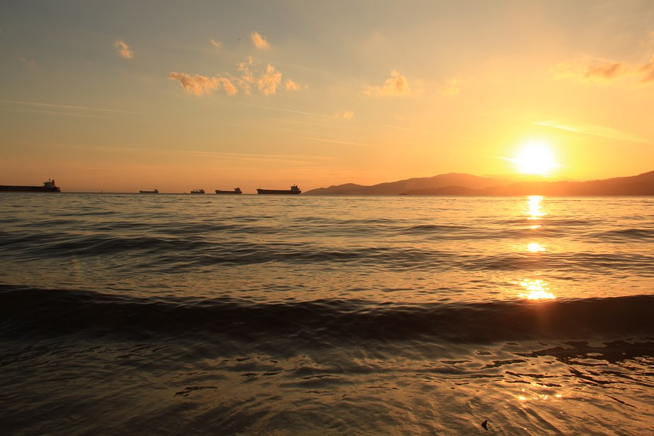 """Au bord du Stanley Park (élu le plus beau parc du monde par le National Geographic) la """"Third Beach"""" avec vue sur la baie et ses cargos"""