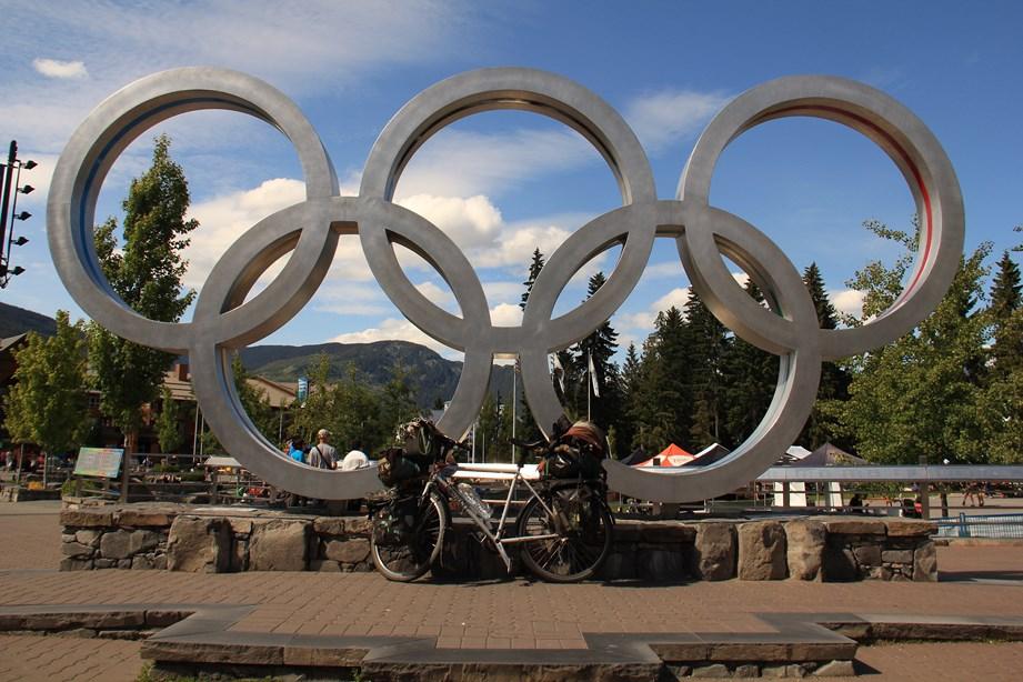 Pui-Pui en photo souvenir devant les anneaux olympique de Whistler