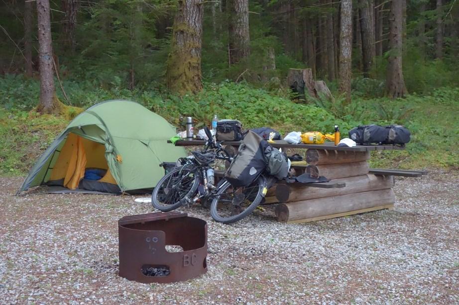 Un petit lac, une tente et un vélo. La vie est simple... Photo: Maxime©