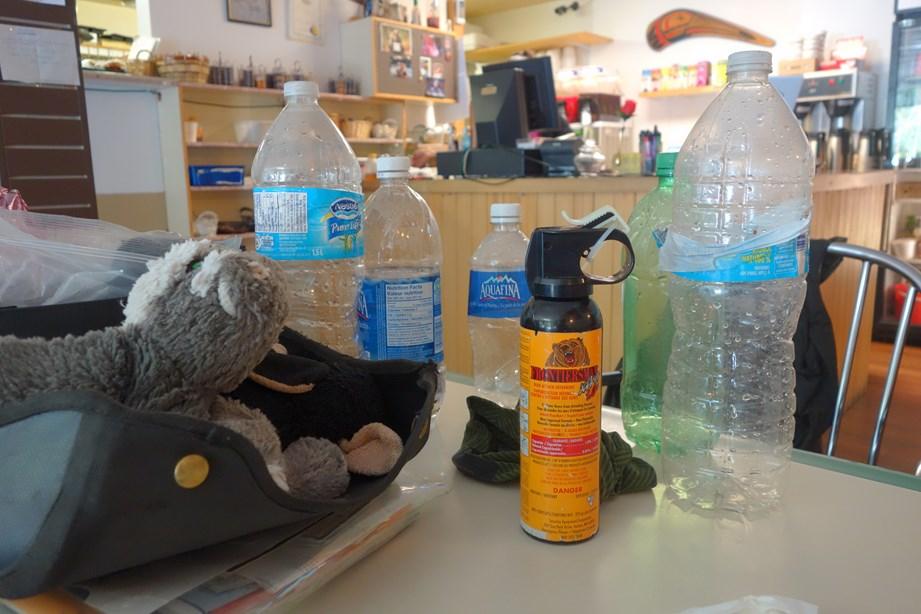 Petit Café avant de prendre la route, faire le plein d'eau et ne pas oublier le spray à ours... Photo © Maxime